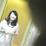 この白雪のような美女の尻の女の子を出口まで追跡トイレ盗撮【新世界の射窓からNo112】