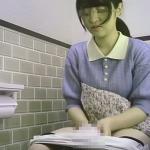 清楚な黒髪JDさんが歌いながらナプキン交換しています:プレミアム美盗トイレ vol.1 めちゃ可愛いJDのナプキン交換シーン!全6名収録